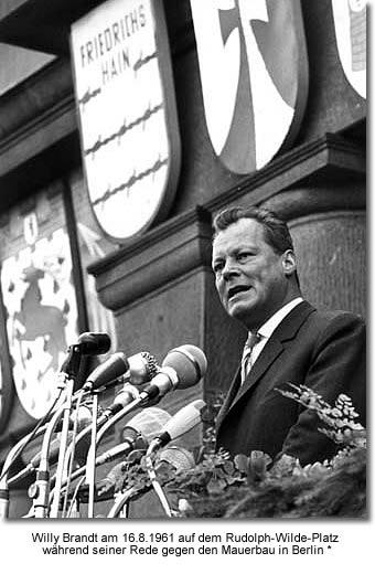 Willy Brandt, Regierender Bürgermeister von Berlin, anlässlich einer Demonstration gegen den Bau der Berliner Mauer am 16. August 1961 auf dem Rudolph-Wilde-Platz.