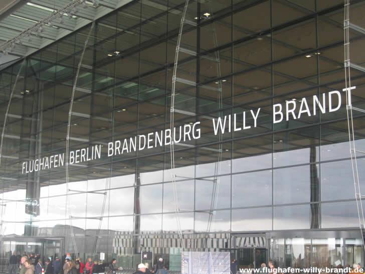 Eingang zum Terminal des Flughafens Berlin Brandenburg